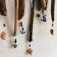 maritimes Windspiel aus Treibholz, Mobile mit Muscheln und Perlen  Bild 4