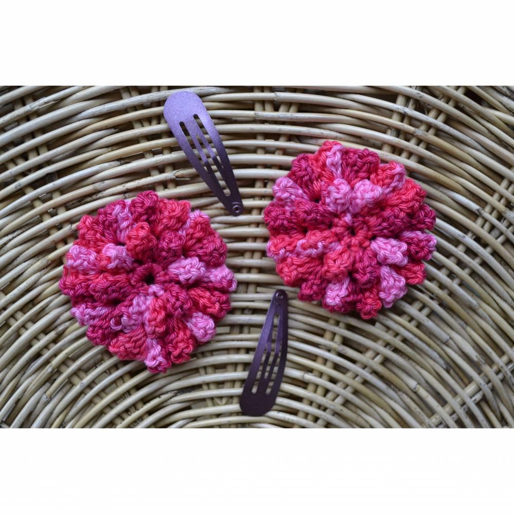 Häkelblüte Haarklammer 2 Stück Set rosa rot beere gehäkelt Haarschmuck  Bild 1