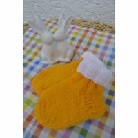 Babysocken Socken Stricksocken Baby gelb weiß Ostern gestrickt 0-6 Monate  Bild 1