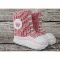 Gestrickte sportliche Baby-Schuhe MiNiS  im Sneaker -Look aus Mikrofaser in altrosa mit Schmetterling Bild 1