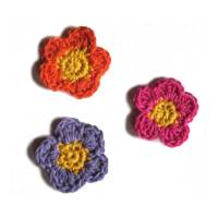 Drei bunte Blumen Häkelapplikationen Handarbeit Bild 1