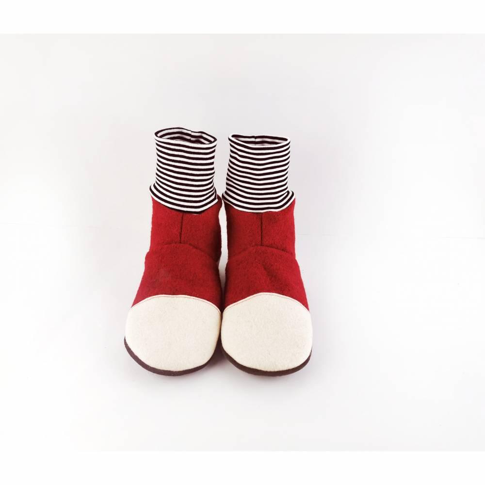 Rote kuschelige Hausschuhe aus Wolle mit schwarzweiß geringeltem Bündchen   Bild 1