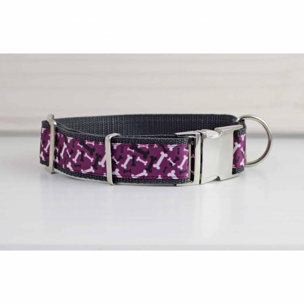 Hundehalsband mit Hundeknochen, lila, weiß und schwarz, Gurtband in grau, Halsband Bild 1