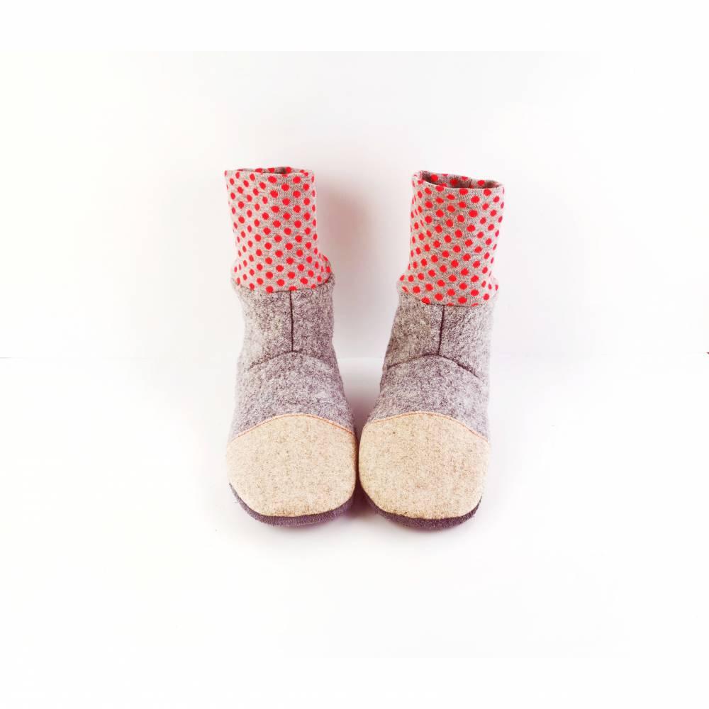 Graue kuschelige Hausschuhe aus Wolle mit rotgepunktetem Bündchen   Bild 1