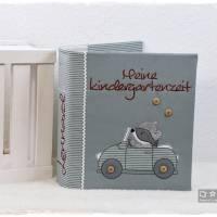 Ordner-Portfolio mit Doodlestickerei-Waschbär im Cabrio-Stickerei 'Meine Kindergartenzeit' Bild 1