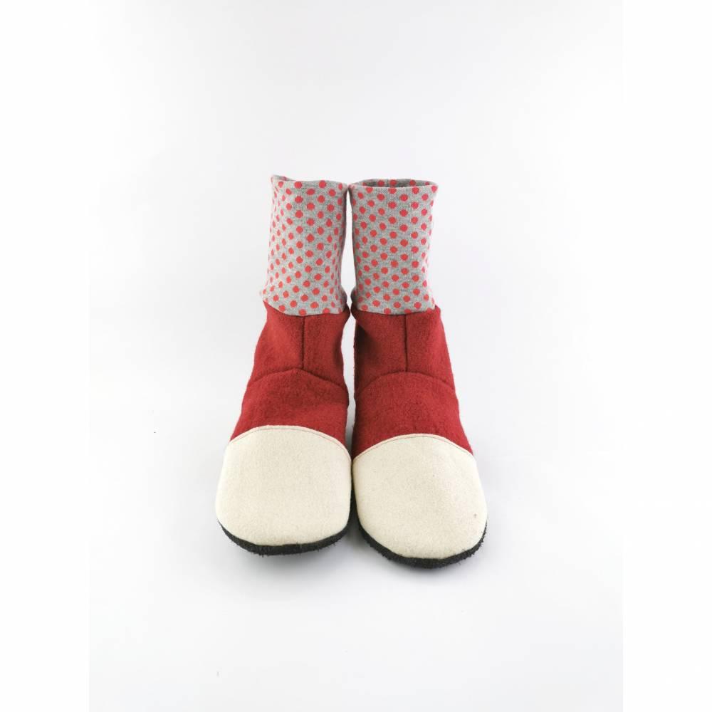 Rote, sehr weiche Hausschuhe aus Wolle mit rotgepunktetem Bündchen   Bild 1