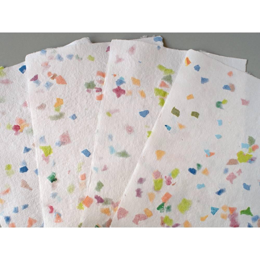 4 Blatt weißes, handgeschöpftes Papier, bunt gefleckt, ca. 21 cm x 29,5 cm, Büttenpapier, Bastelpapier Bild 1