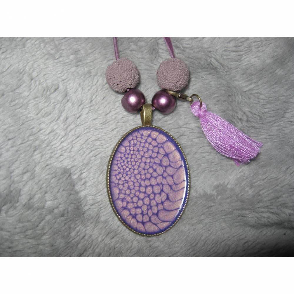 Großer Anhänger bronzefarben mit email-Effektfarbe in violett, Perlen und Quaste am Velourband Bild 1