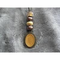 Y-Kette aus bronzefarbenem Anhänger, gefüllt mit email-Effektfarbe, verschiedenen  Perlen und braunem Velourband Bild 1