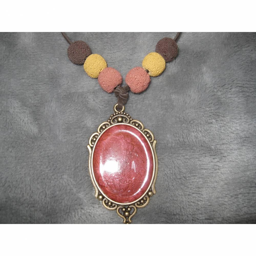 Bronzefarbener Anhänger, gefüllt mit email-Effektfarbe in rot und Lava- Perlen an einem braunen Velourband Bild 1