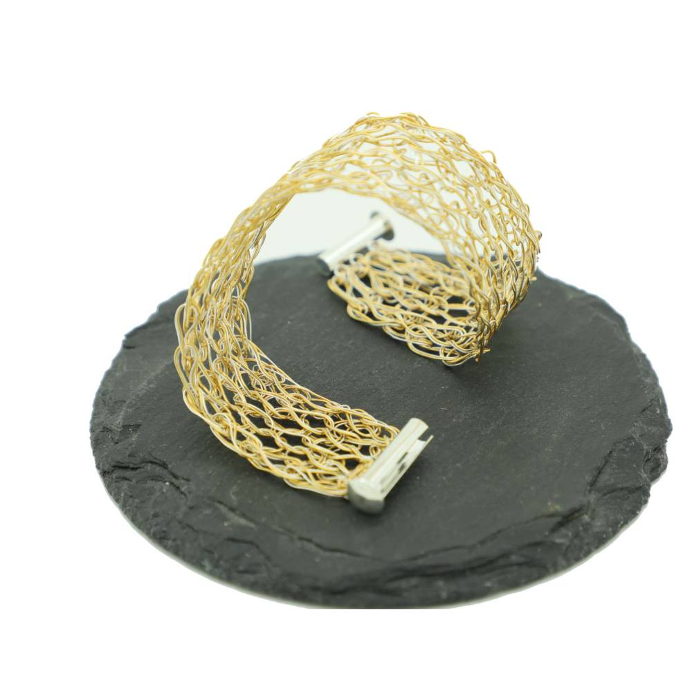 modernes bicolor Damen-Armband in Gold und Silber, gehäkelt aus Draht, mit Fädelverschluss Bild 1
