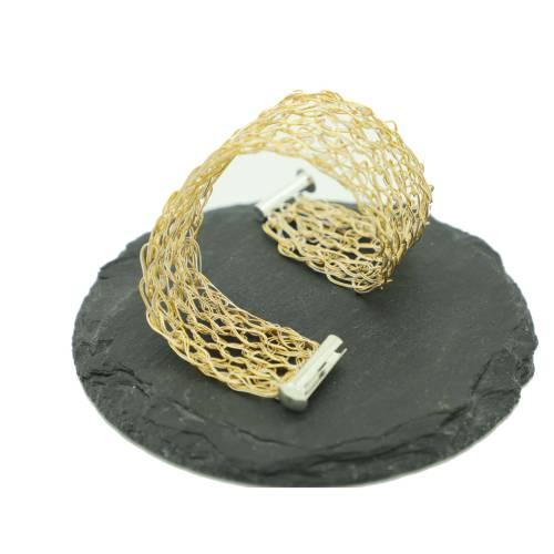 modernes bicolor Damen-Armband in Gold und Silber, gehäkelt aus Draht, mit Fädelverschluss