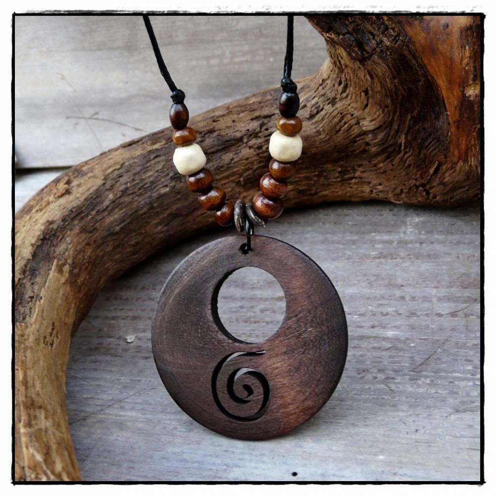 Schmuckanhänger aus Holz mit Spirale und Perlen verziert Bild 1
