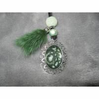 Anhänger in Cabochon-Form mit email-Effektfarbe in grün, Perlen und Puschel am Velourband Bild 1