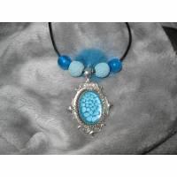 Ovaler Metall-Anhänger mit toller Email-Effektfarbe in türkis mit Perlen und Puschel Bild 1