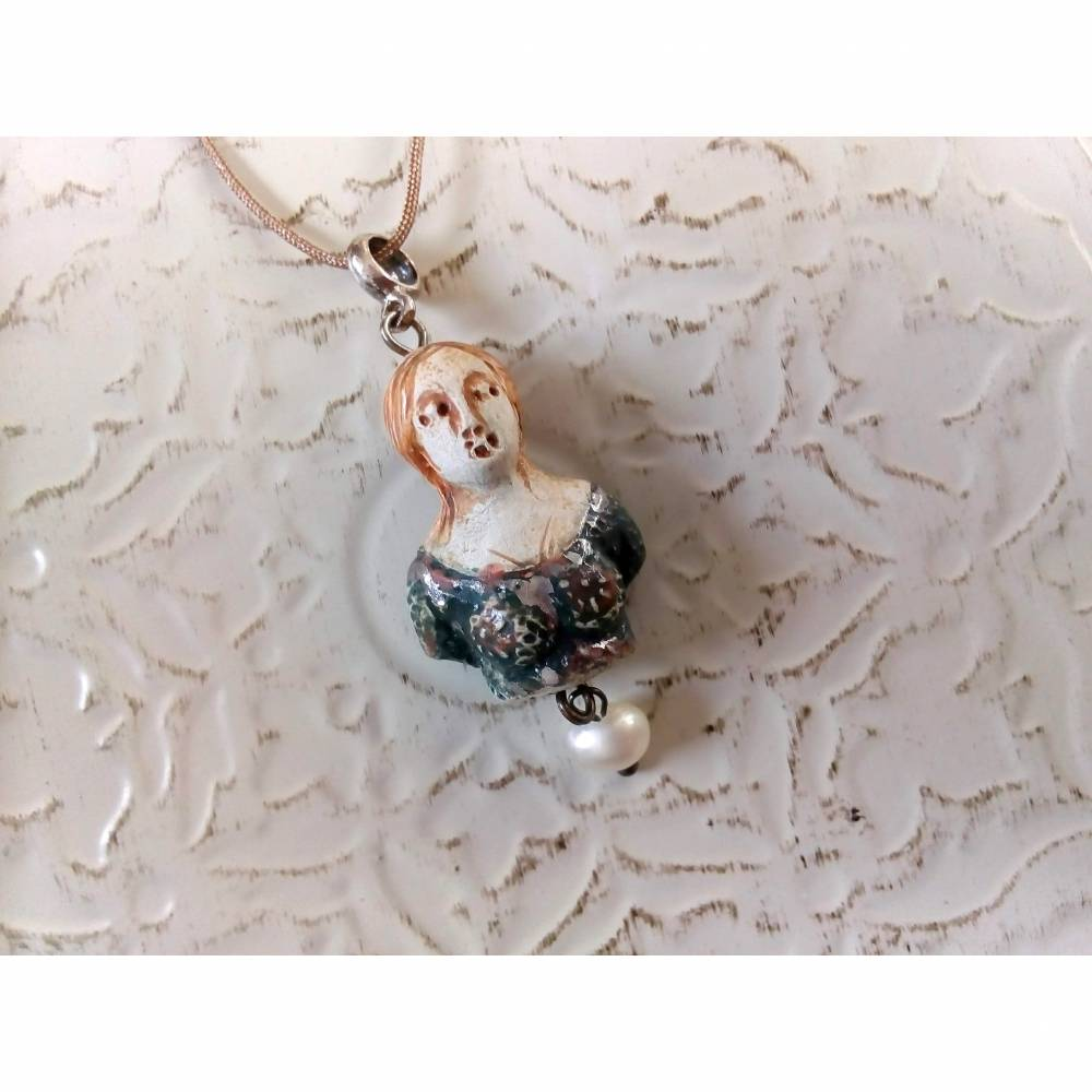 Zarter Anhänger  Miniaturbüste aus Keramik in Blaugrün und Natur Bild 1