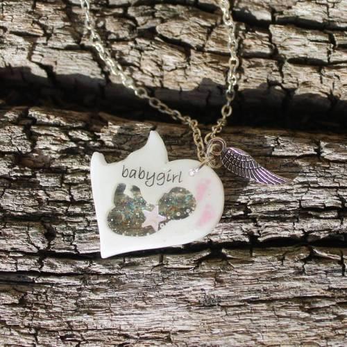 Herzförmige Erinnerungskette für Sternenkind Babygirl mit Sternenstaub, Babyfuss und Engelsflügel-Charm Sofortkauf