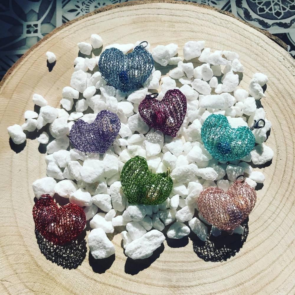 """Ketten-Anhänger """"HERZ"""" von Hand gestrickt aus Draht, gefüllt mit Perlen Bild 1"""