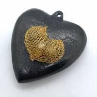 """Ketten-Anhänger """"HERZ"""" von Hand gestrickt aus Draht, gefüllt mit Perlen Bild 2"""