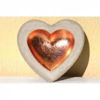Herzschale aus Beton mit kupferfarbenem Blattmetall Bild 1