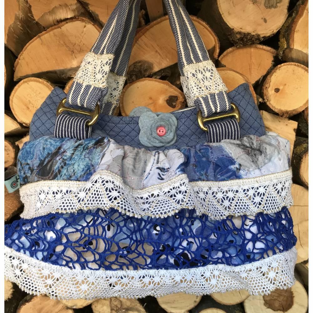 Zauberhaftes Rüschen-Handtäschchen: Blaues Leinen mit weißer Spitzenborte und Wollfilzblüte Bild 1