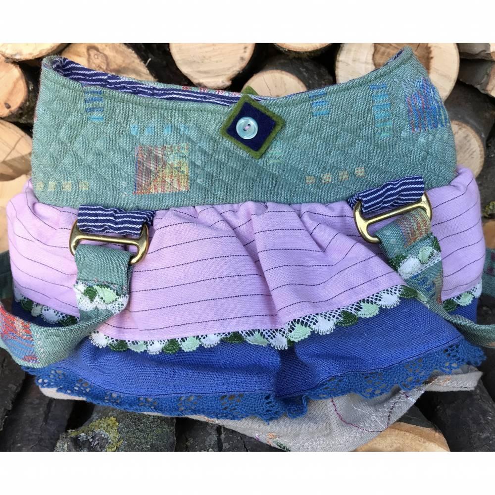 Niedliches Handtäschchen mit Rüschendeko: Grün und rosa, Spitzenborten und Wollfilz-Dekoknopf Bild 1