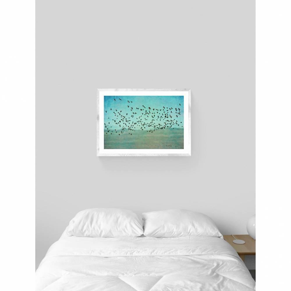 Türkis Grün Vogelposter, Gänse im Flug, Himmel und Wolken, Wandbild, Kunstdruck im Vintage-Stil, Dekoration Schlafzimmer, Größe 45 x 30 cm Bild 1