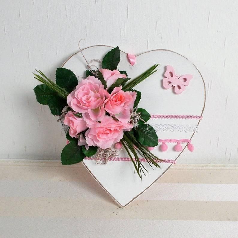 Türdeko mit Holzherz und rosa Rosen, Türkranz, Fensterdeko, Muttertag Bild 1