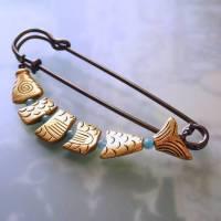 große Schalnadel Gold Fisch - Kiltnadel mit Gliederfisch und Jade Bild 1