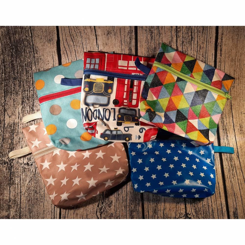 Wetbag aus wasserabweisendem Stoff / beschichteter Baumwolle - Täschchen / Tasche / Beutelchen mit Sternen Muster London zum Schutz vor Nässe, Feuchtigkeit und Auslaufen auch perfekt als Aufbewahrung für Behelfsmasken Bild 1