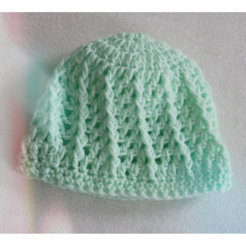 Kleine Mütze für das neugeborene Baby in hellgrün gehäkelt mit schönem Strukturmuster,Größe ca. 50-62/68 Bild 1