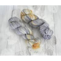 Wolle extrafein Hand gefärbt 4-fach 2 Stränge Hellgrau/Gelb/Cremeweiß Wolle vom Merinoschaf  Bild 1