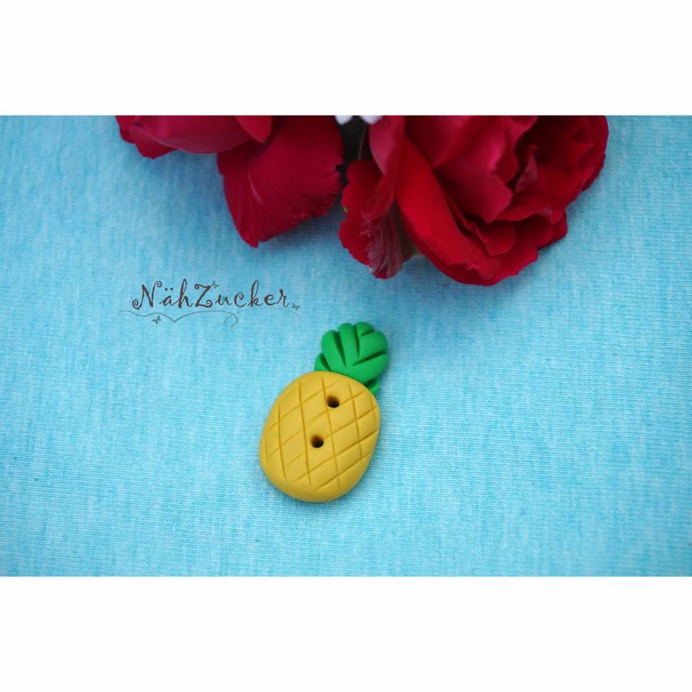 1 handgefertigter Knopf aus Polymer Clay, Motiv 'Ananas' Bild 1