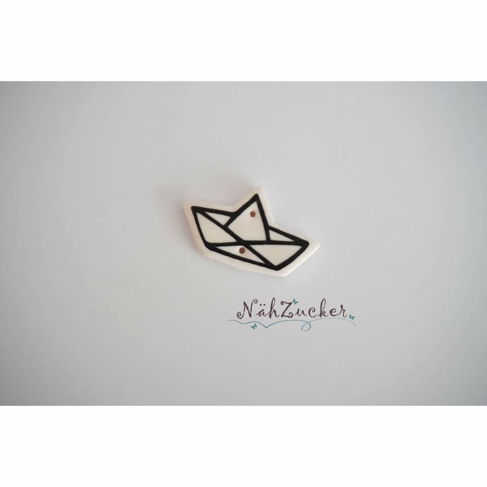 1 handgefertigter Knopf aus Polymer Clay, Motiv 'Papierboot nach Laleloup' Bild 1