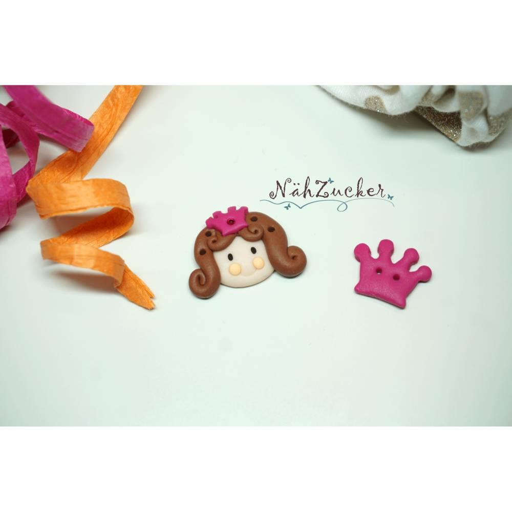 2 handgefertigte Knöpfe aus Polymer Clay, Motiv 'Prinzessin & Krone',  Bild 1