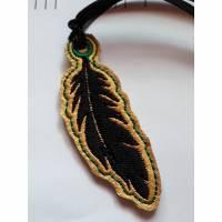Schlüsselanhänger Taschenbaumler Feder gestickt grün Bild 1