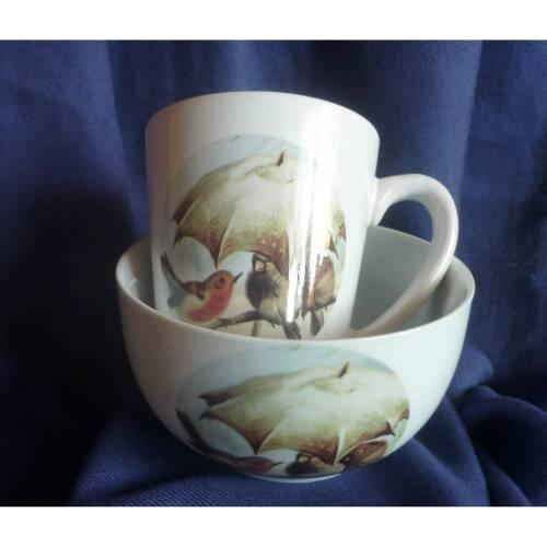 Tasse und Müslischale mit Rotkehlchen und anderen Vögeln unterm Regenschirm
