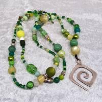 Halskette, Perlenkette, lange Kette in Grün, XL-Kette, Glasperlen, Acrylperlen, Metallspirale, Geschenk Frauen Bild 1