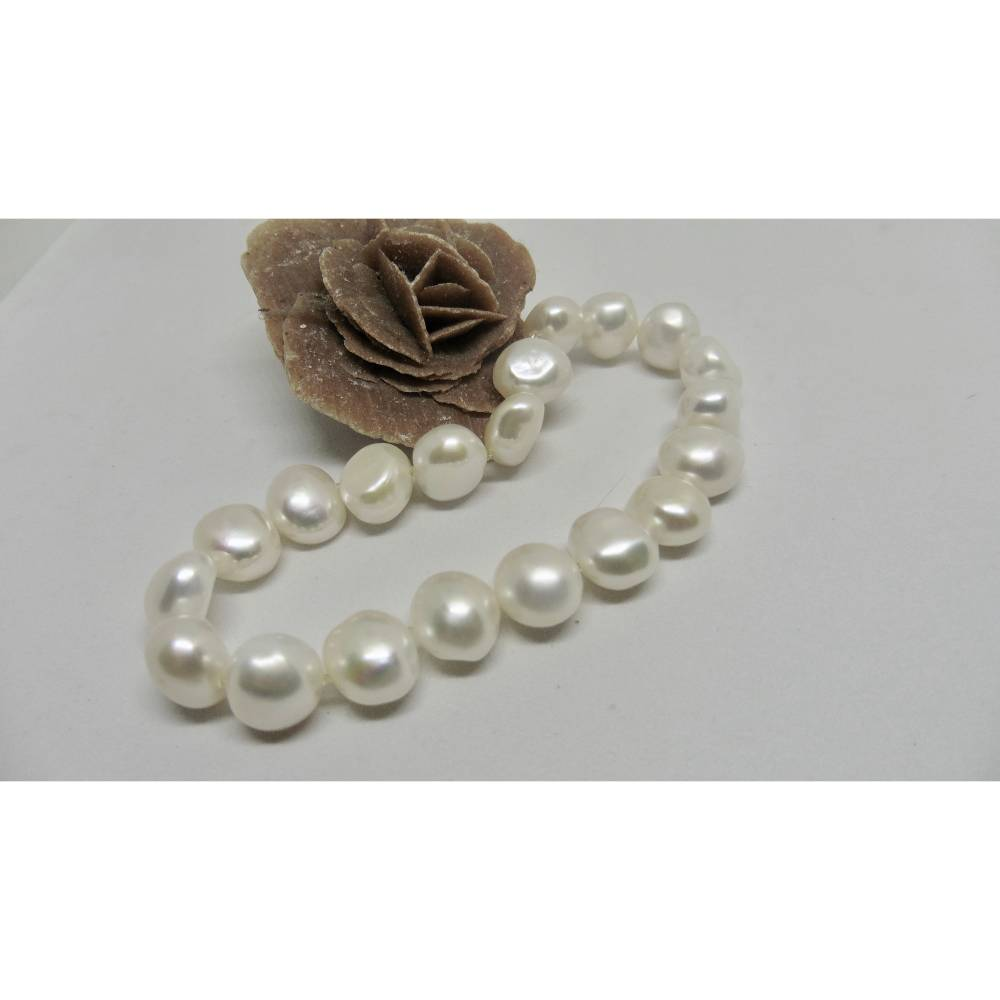 Perlenarmband aus klassisch schönen weißen Perlen auf elastischem Armband Bild 1