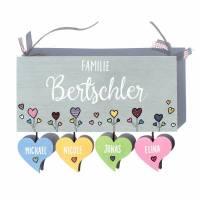 Holztürschild Familie personalisiert mit Herzanhänger Türschild Herzblumen von Hand bemalt Bild 1
