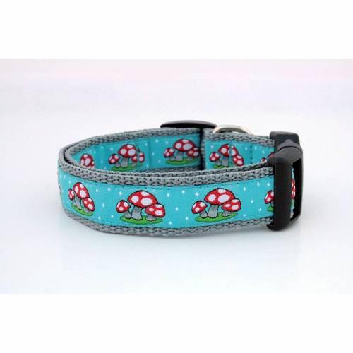 Welpenhalsband Fliegenpilze himmelblau ohne Unterfütterung (größere Verstellbarkeit) aus der Halsbandmanufaktur von dogs & paw