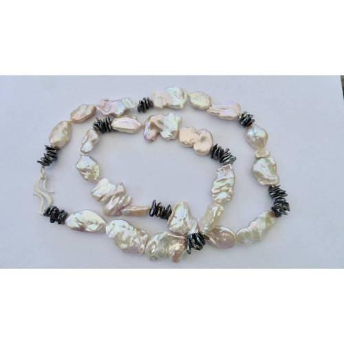 Lange Kette aus großen Keshi Perlen mit bestem Glanz, Jugendstil-Schloß handgeschmiedet