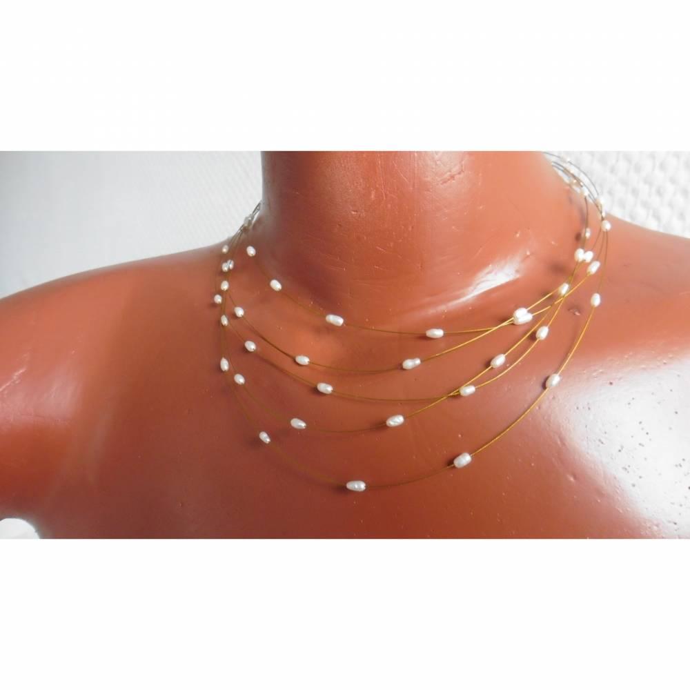 Sommerliche Perlenkette aus feinen echten Perlen, Brautschmuck, schwebend auf goldenem Juwelierdraht Bild 1