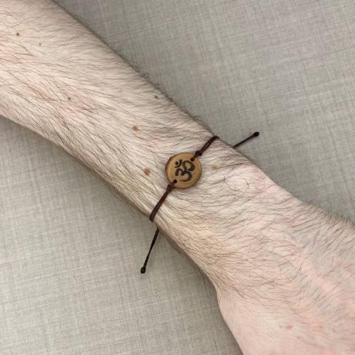 handgebranntes Om Armband, buddhistischer Holzschmuck, Brandmalerei