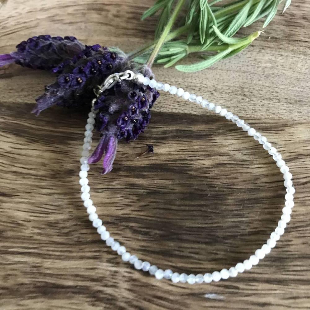 Süsses, zartes Armband aus Mondstein und Silber Bild 1