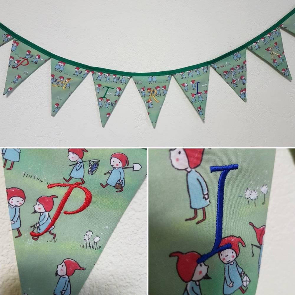 Personalisierbare Wimpelkette mit gesticktem Namen für das Babyzimmer oder Kinderzimmer Bild 1