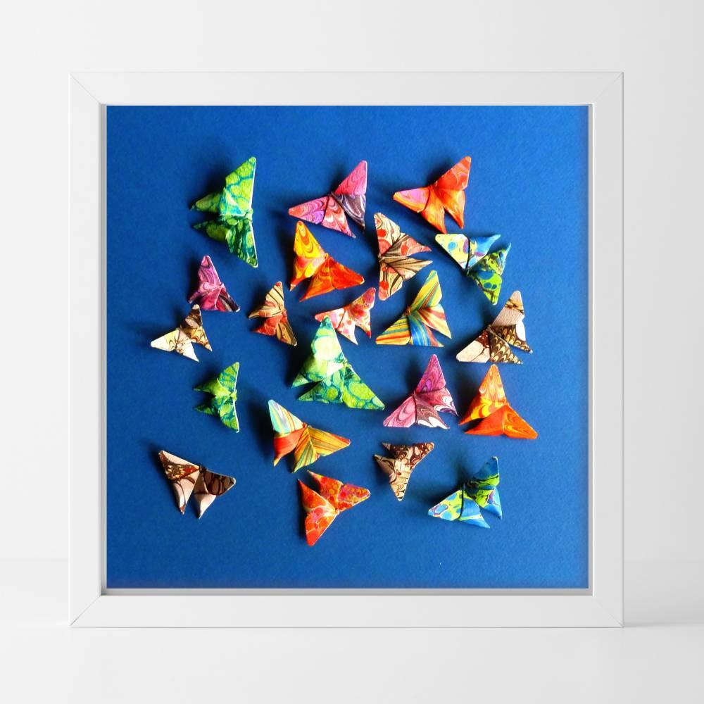 Buntes Geflatter // Origami Schmetterlinge aus handmarmoriertem Papier im Objektrahmen Bild 1