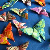 Buntes Geflatter // Origami Schmetterlinge aus handmarmoriertem Papier im Objektrahmen Bild 3