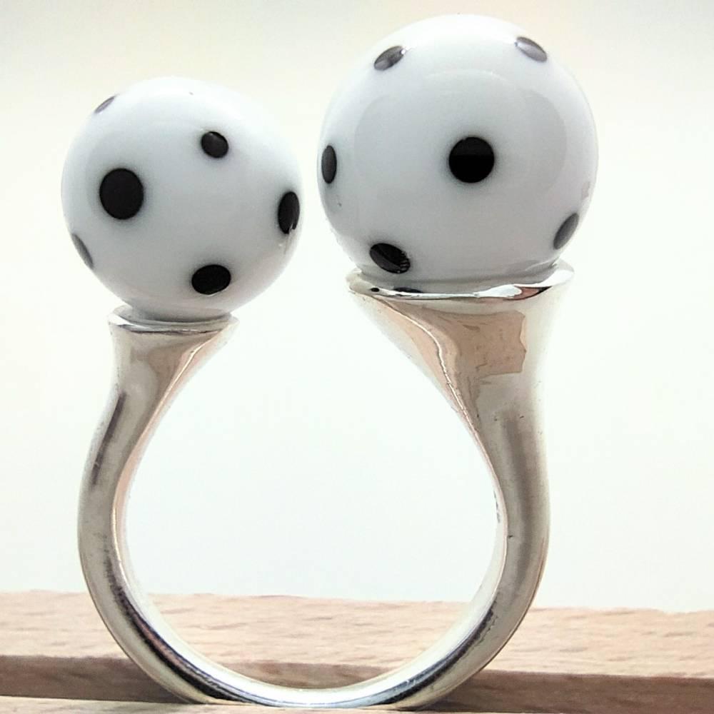 Ring mit zwei handgemachten Pünktchenkugeln Bild 1