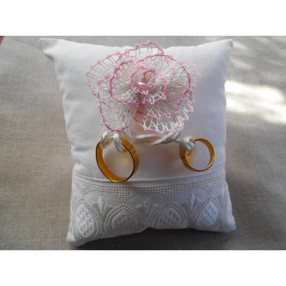 Ringkissen ivory mit handgeklöppelter Blüte und Vintagespitze Bild 1